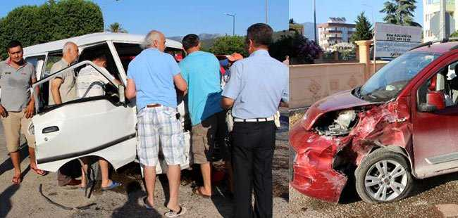 Kumluca'da midibüs arabaya çarptı