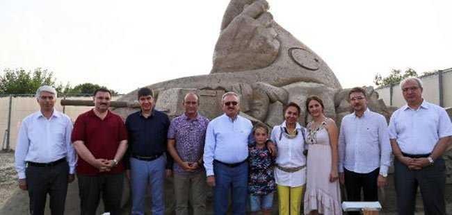 15 Temmuz'a özel kumdan 'Demokrasi Heykeli'