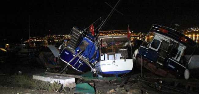 Depremden sonra tsunami yaşandı