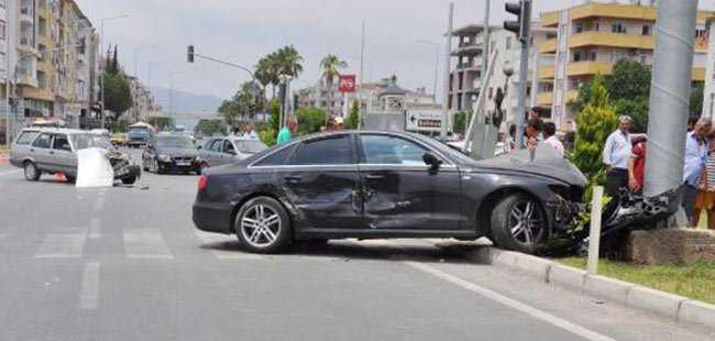 Gazipaşa'da otomobiller çarpıştı