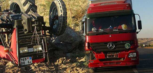 Traktör, çocukların üzerine devrildi