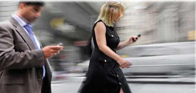Yürürken telefon kullanana ceza