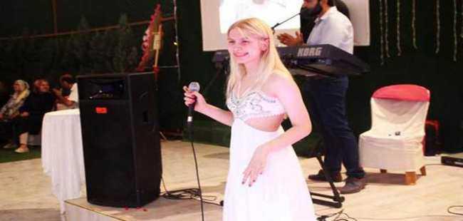 Düğünde şarkılarını söyledi