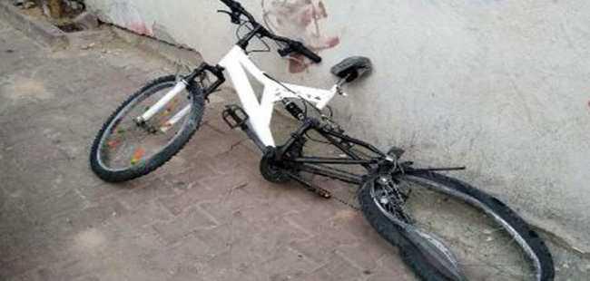 Bisikletli çocuklar kamyonla çarpıştı