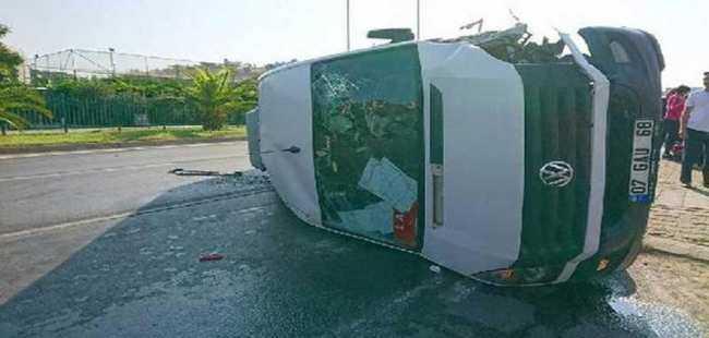 Minibüs devrildi