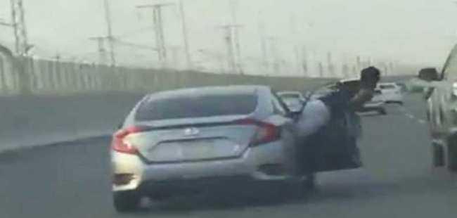 Sürücüye vurmak için yola düştü