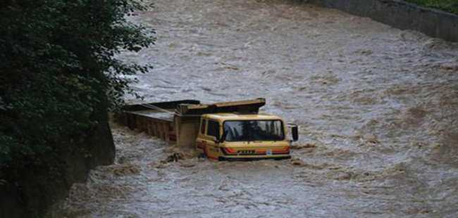 Rize'de şiddetli yağış hayatı felç etti