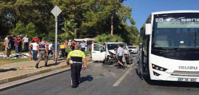 Tur minibüsü kaza yaptı