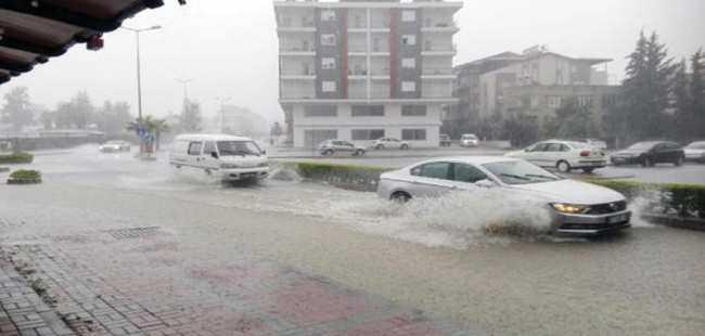 Manavgat'ta ev ve işyerlerini su bastı