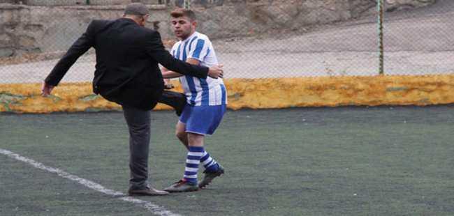 Başkan futbolcusuna tekme attı