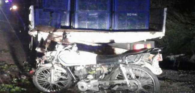 Motosikletle duran kamyonete çarptı
