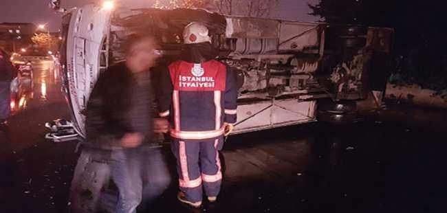 İstanbul'da servis midibüsü devrildi