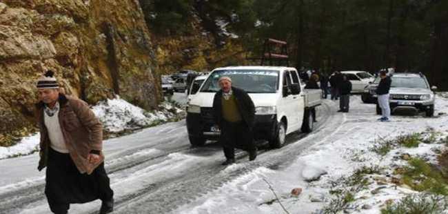 Alanya'da kar yolu kapattı