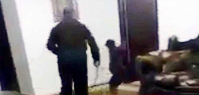 6 yaşındaki oğlunu hortumla dövdü