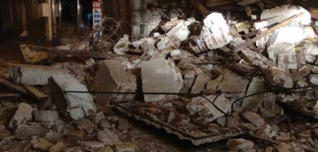 Çanakkale' de  iki katlı bina yıkıldı
