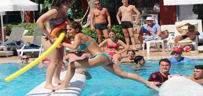 Turistler havuz aktiviteleriyle serinledi