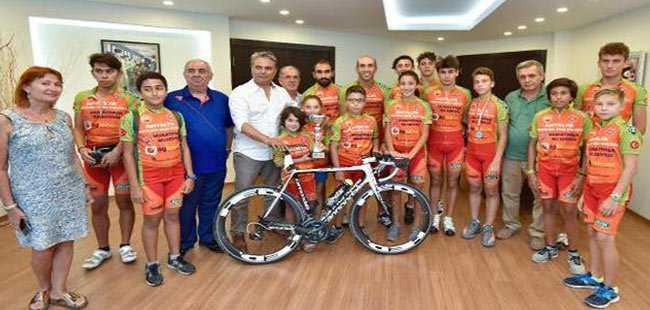 Triatlon şampiyonluk kupasını Antalya'ya getirdiler
