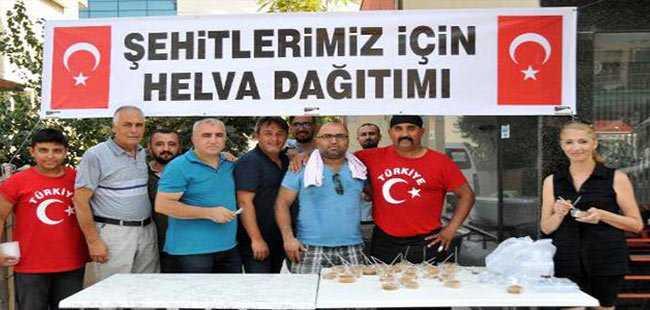 Antalya'da 6 arkadaş şehitler için helva dağıttı