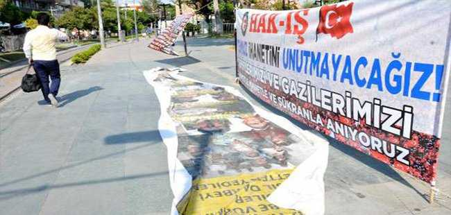 Antalyalılar tartışılan afişlerin üzerinden geçtiler