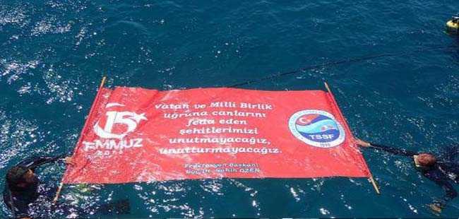 Şehitleri denizde pankart açarak andılar