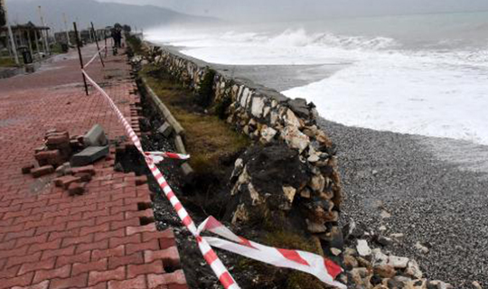 Antalya'da istinat duvarı çöktü