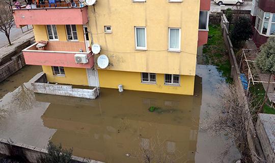 Ev ve iş yerleri kanalizasyon suyuyla doldu