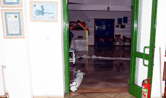 Ev ve işyerlerini su bastı
