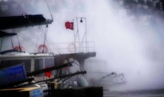 Fırtına ağaçları devirdi tekneleri batırdı