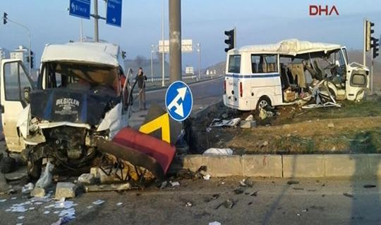 İki servis minibüsü çarpıştı