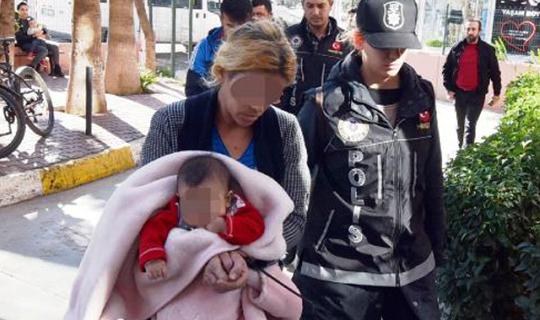 Kucağında bebeğiyle uyuşturucu satarken yakalandı