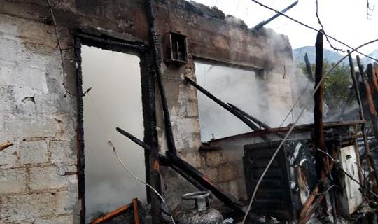Yaşlı çiftin evi yandı