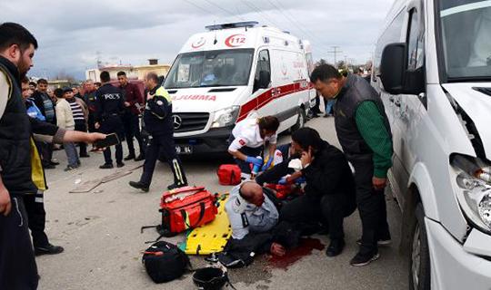 Öğrenci servisi motosiklet çarpıştı