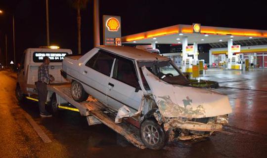 Otomobille minibüs çarpıştı