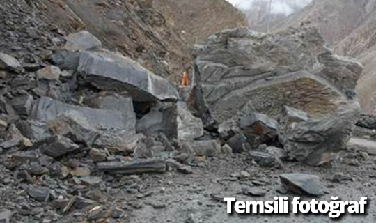 Kaya parçaları yolu kapattı