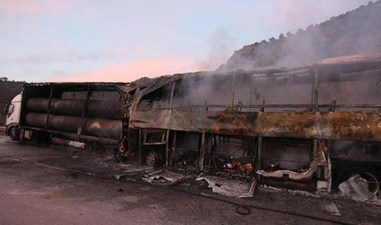 TIR'la çarpışan yolcu otobüsü yandı