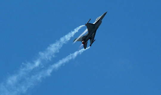 F-16 tipi savaş uçağı düştü