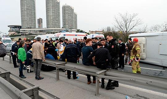 Polisleri taşıyan minibüs kaza yaptı