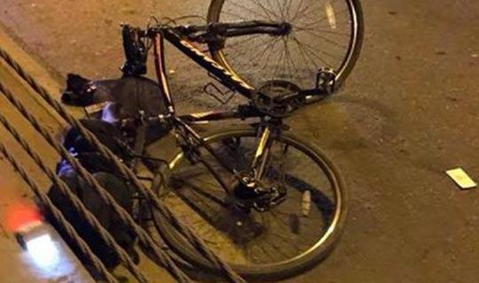 Bisikletlilere kamyon çarptı
