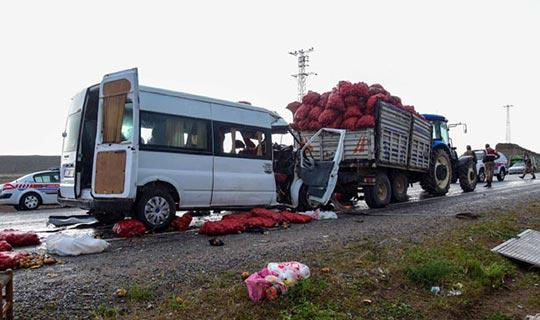 Minibüs traktörle çarpıştı