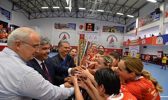 Muratpaşa Belediyespor kupasını aldı