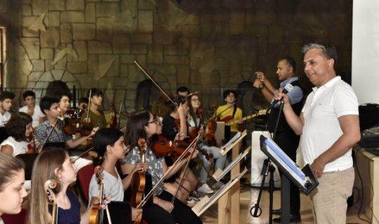 Başkan Uysal, genç müzisyenlerle bir arada