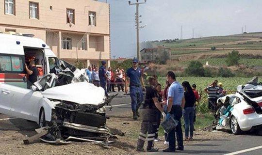 Otomobil kamyona çarptı : 3 kişi hayatını kaybetti