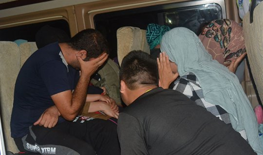 Şoförün terk ettiği minibüs içinde 25 kaçak göçmen yakalandı
