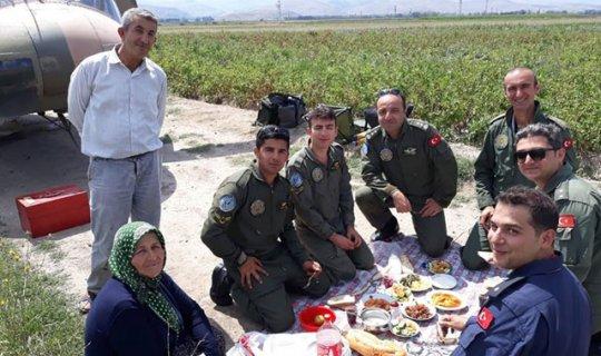 Askeri, yer sofrasında ağırlayan aileye teşekkür