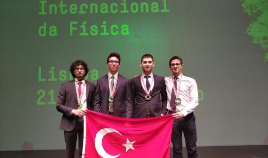 Bahçeşehir Koleji Fen ve Teknoloji Lisesi öğrencileri IPHO'dan ödüllerle döndüler