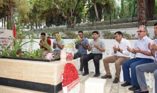 Başkan Yücel dua okuyup, çiçek dağıttı
