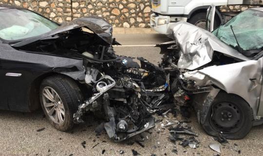 Feci kaza, iki otomobil kafa kafaya çarpıştı