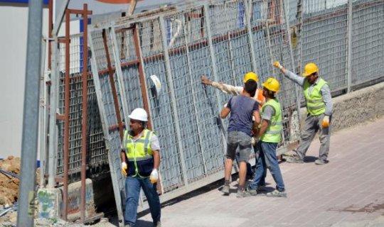 Muratpaşa'da kaldırımda yürürken şantiye kapısı üstüne devrildi