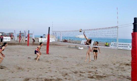 Serik'te plaj voleybolu turnuvası başladı