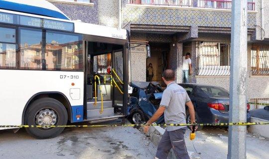 Belediye otobüsünün freni patladı 3 aracı altına aldı